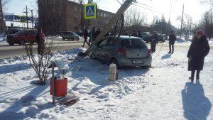 В Нижнеудинске автомобиль врезался в столб