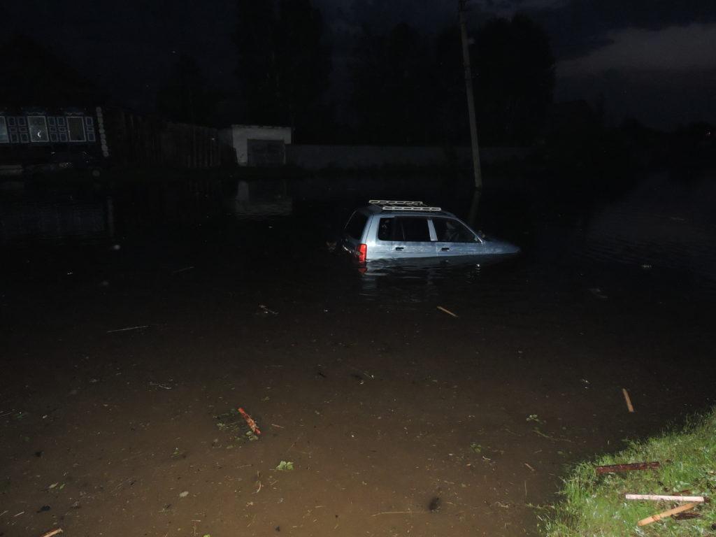 На улице Сбитнева утонула машина Нижнеудинск наводнение