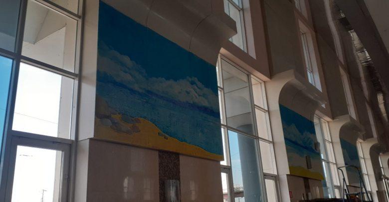 Морской пейзаж украсил стены Нижнеудинского вокзала.