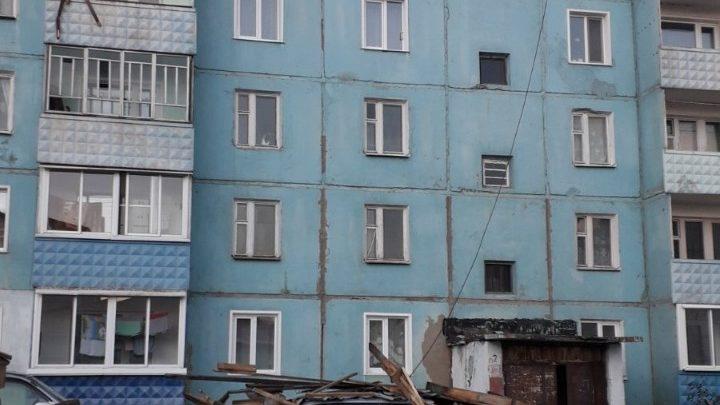 В Алзамае сорвало крышу у пятиэтажки